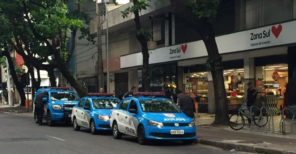 10.fev.2017 - Para driblar o bloqueio de familiares que protestam em frente ao 23º Batalhão da Polícia Militar (Leblon), na zona sul do Rio de Janeiro, PMs realizam a troca de turno em frente a super mercado próximo à unidade policial