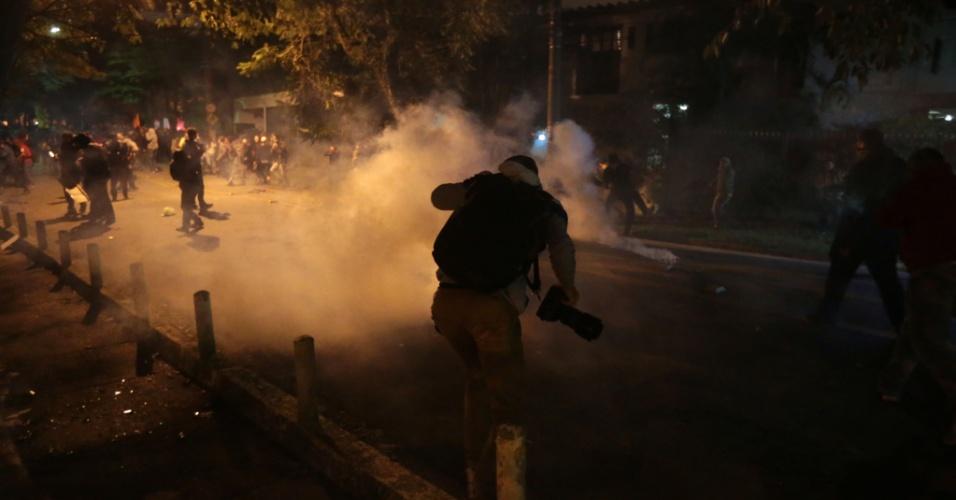 28.abr.2017 - Policiais Militares utilizam bombas de gás lacrimogêneo para dispersar manifestantes no bloqueio feito a cerca de cem metros da casa do presidente Michel Temer, em São Paulo. Manifestantes marcharam do Largo da Batata até o local em protesto contra as reformas do governo