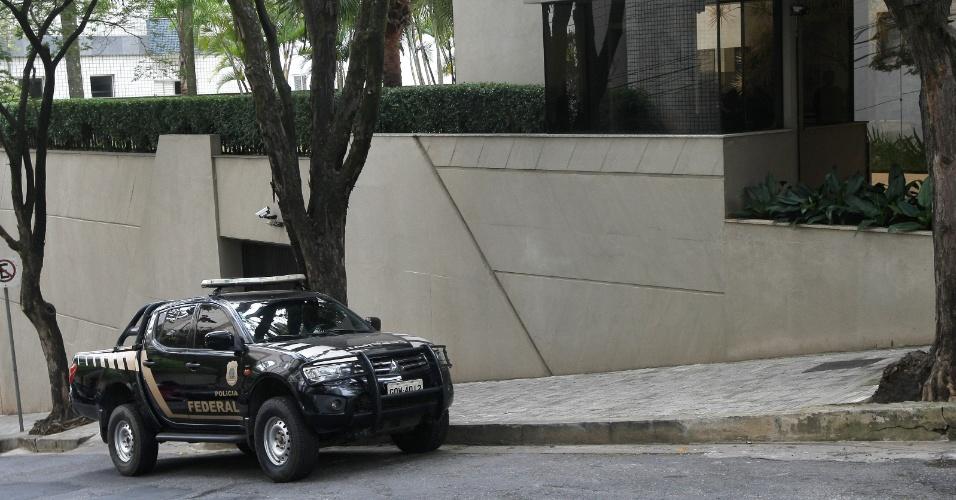 18.mai.2017 - Agentes da Polícia Federal realizam operação em um prédio na Rua Samuel Pereira, no bairro Anchieta, em Belo Horizonte (MG), nesta quinta-feira (18), onde o senador Aécio Neves (PSDB-MG) possui um apartamento. O procurador-geral da República, Rodrigo Janot, pediu a prisão de Aécio, mas o ministro Edson Fachin considerou que esta é uma decisão que cabe ao plenário do Supremo Tribunal Federal. Fachin determinou o afastamento de Aécio do mandato de senador