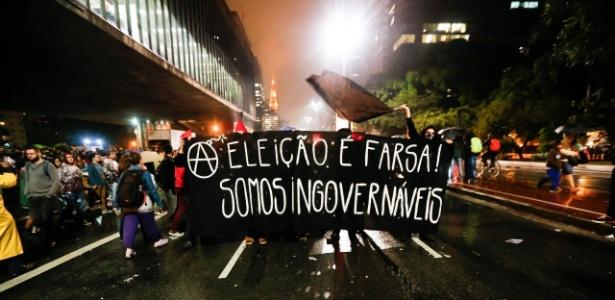 """Grupo anarquista aproveita o fim da chuva para protestar: """"Eleição é farsa; somos ingovernáveis"""" - UOL"""