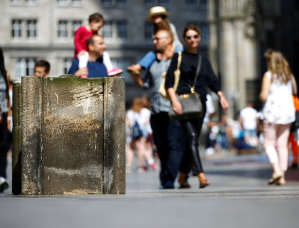 Pedestres passa por barreiras de concreto colocadas pela polícia em frente a catedral gótica de Colônia, na Alemanha - Wolfgang Rattay/ Reuters