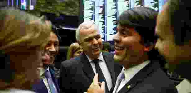 29.ago.2017 - Deputado federal André Fufuca (PP-AM) é rodeado por diversos colegas no plenário da Câmara durante seu primeiro dia como presidente interino - Pedro Ladeira/Folhapress - Pedro Ladeira/Folhapress