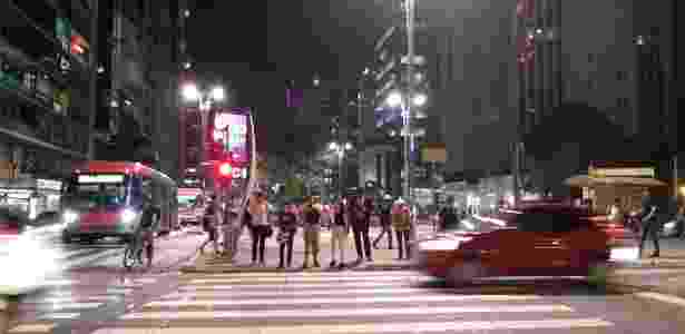 Foto noturna e com carros em movimento - UOL