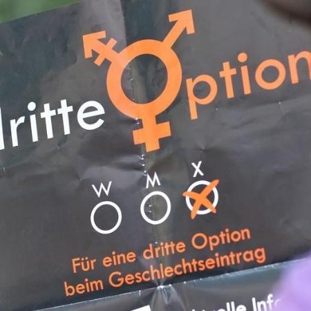 """Cartaz com os dizeres """"por uma terceira opção no registro de gênero"""" - picture-alliance/dpa/J. Woitas"""