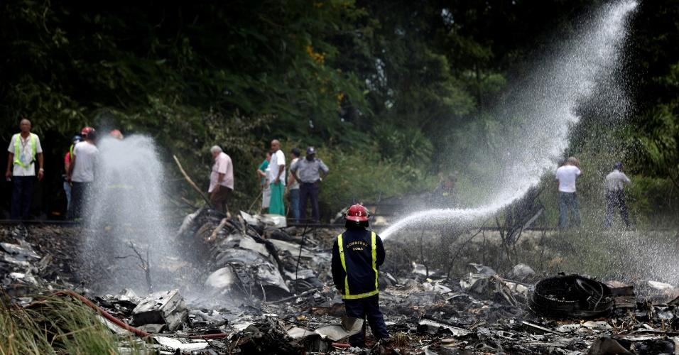 18.mai.2018 - Bombeiros trabalham no local do acidente de avião em Cuba