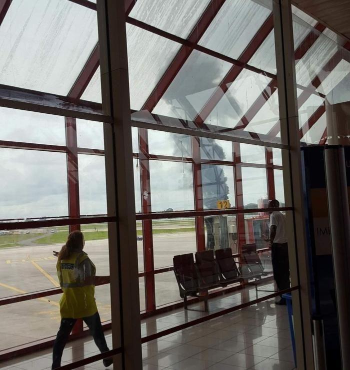 18.mai.2018 - Uma coluna de fumaça preta é vista próximo à pista do aeroporto José Martí, em Cuba, após queda de avião com 113 pessoas a bordo. O aeroporto fica no município de Boyeros, nos arredores de Havana