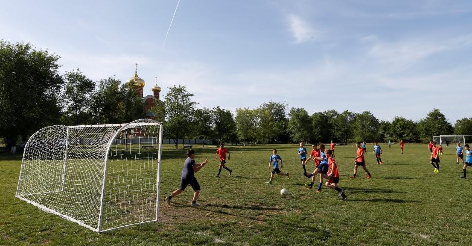 19.maio.2017 - Meninos jogam futebol em Ptychie, na Rússia