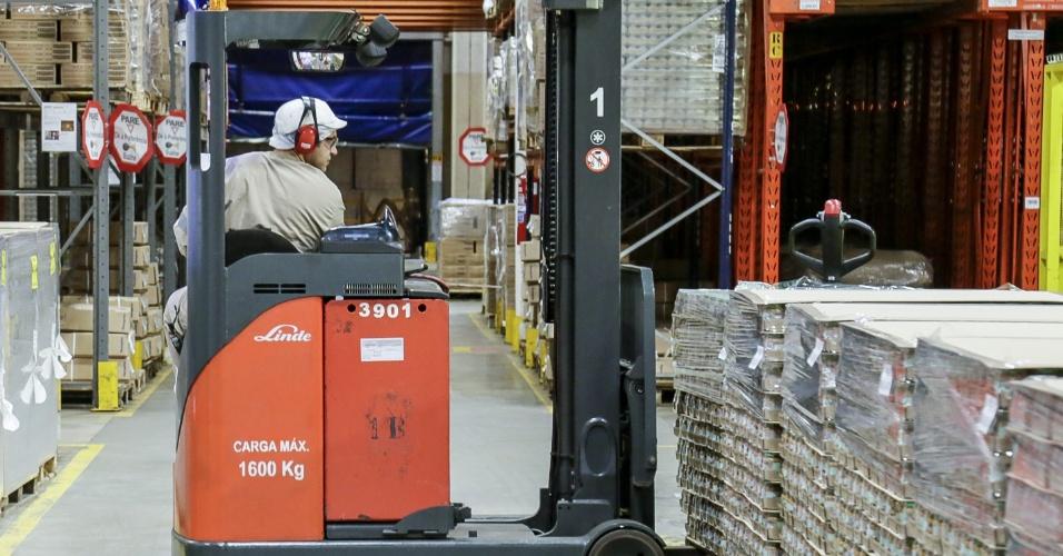 Funcionário armazena a papinha Nestlé
