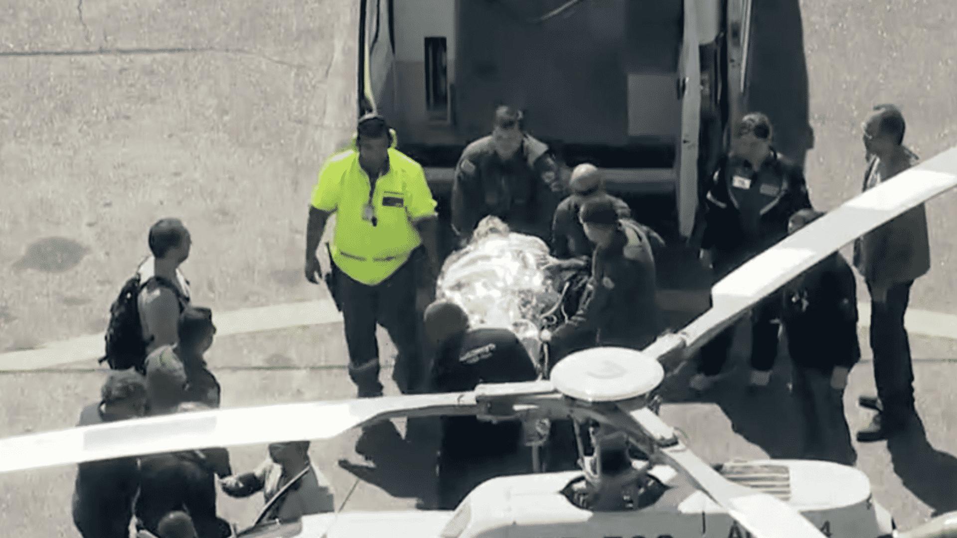7.set.2018 - Jair Bolsonaro é transferido de avião para helicóptero da Polícia Militar no Aeroporto de Congonhas, em São Paulo. Ele segue para o Hospital Albert Einstein, no Morumbi, zona sul de São Paulo - Reprodução/Globo News