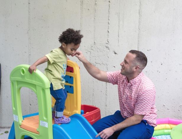 Nathan Levitt com seu bebê, Zo, na casa deles em Nova York - Annie Tritt/The New York Times
