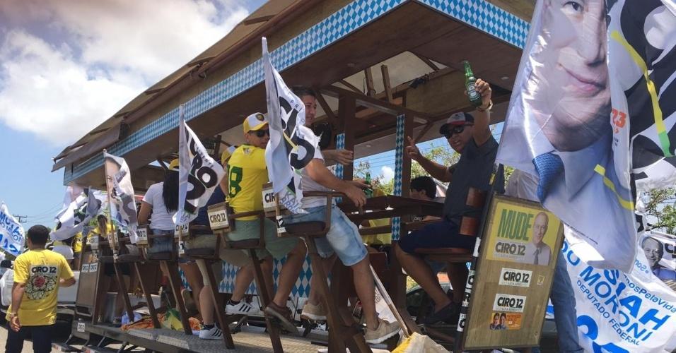 Apoiadores de Ciro Gomes seguem a carreata em Fortaleza em cima de trio com bar