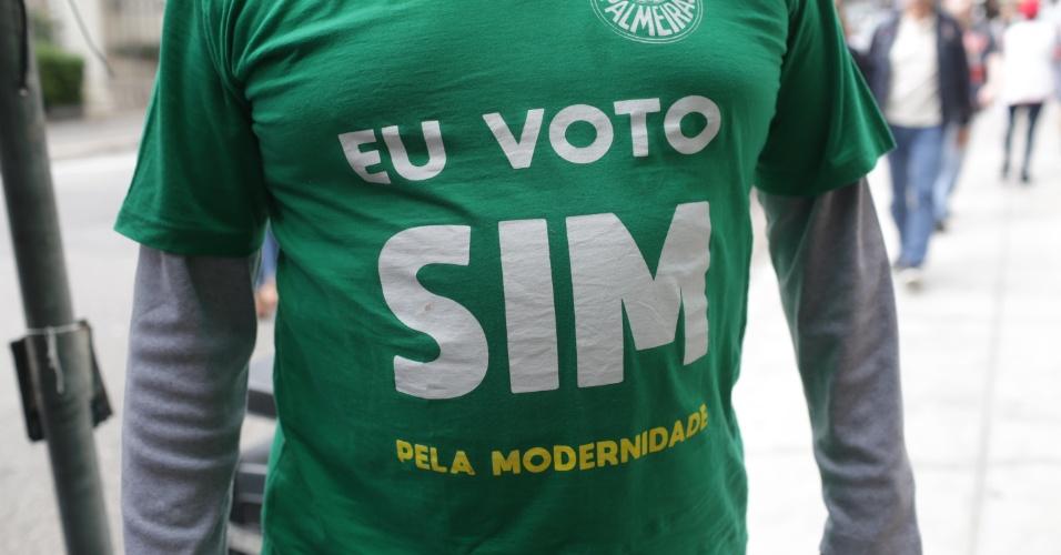 28.out.2018  - Eleitor vota no Mackenzie, região central de São Paulo com camiseta em alusão às eleições