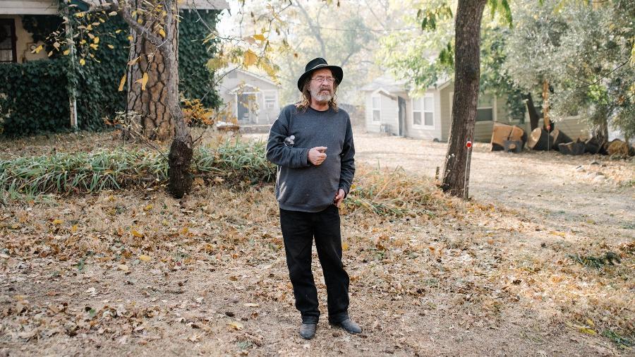 Kevin Jeys, de 62 anos, ficou em casa, em Paradise, na Califórnia, durante incêndio que acabou com a cidade - Jason Henry/The New York Times