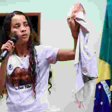 Bruna da Silva passou dias levando a camisa do uniforme escolar do filho para protestos e atos no Rio de Janeiro - Agência Câmara