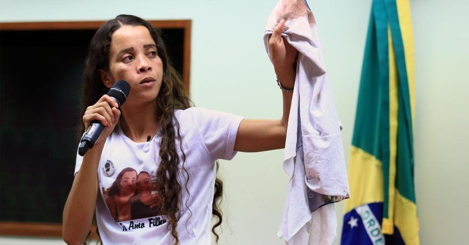 Bruna da Silva passou dias levando a camisa do uniforme escolar do filho para protestos e atos no Rio de Janeiro
