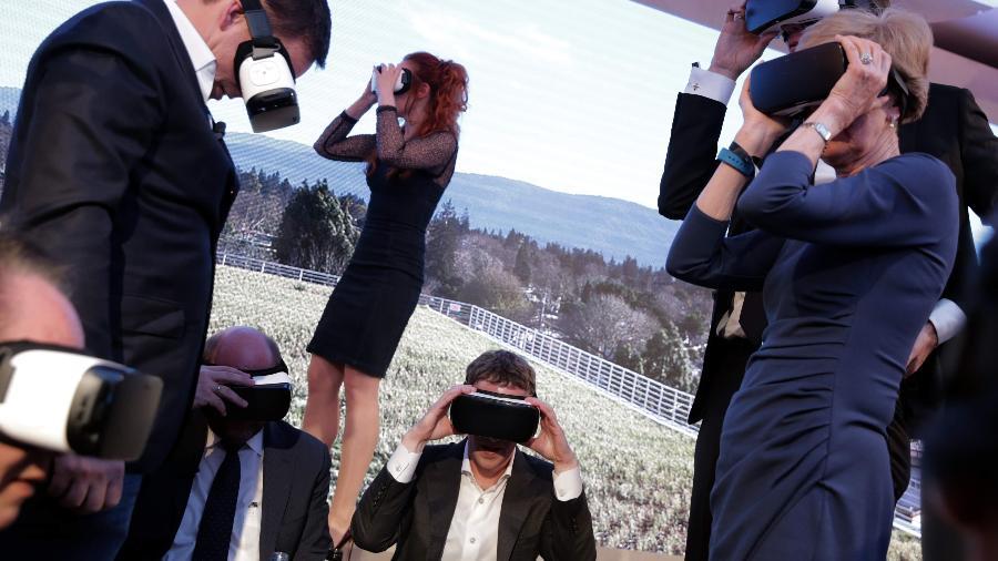Empresa de Mark Zuckerberg (c) cometeu gafe em controles de dispositivo de realidade virtual - Kay Nietfeld/picture alliance via Getty Images