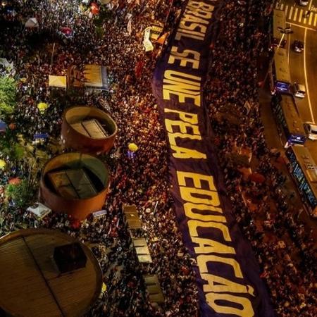 Em maio, estudantes também protestaram contra os bloqueios - AFP