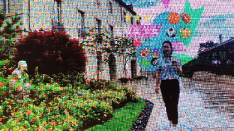 Demonstração do Cyberverse, criado pela Huawei para unir os mundos físico e digital; na cena, uma pessoa tem suas interações em redes sociais exibidas - Divulgação/Huawei