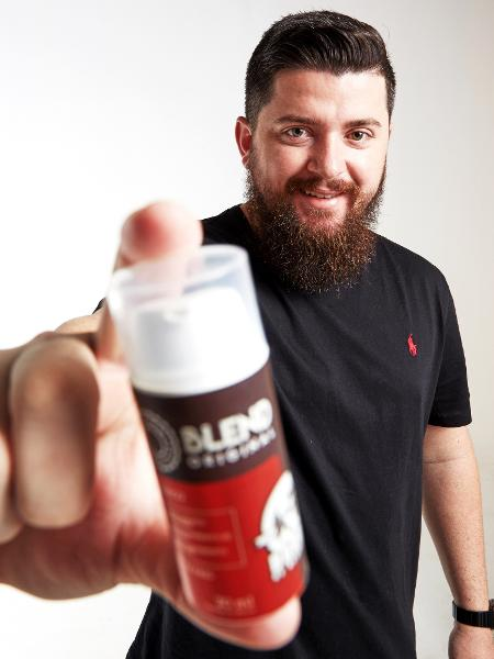 Michel Pereira, um dos sócios da Barba de Respeito, com o Blend Original - Divulgação