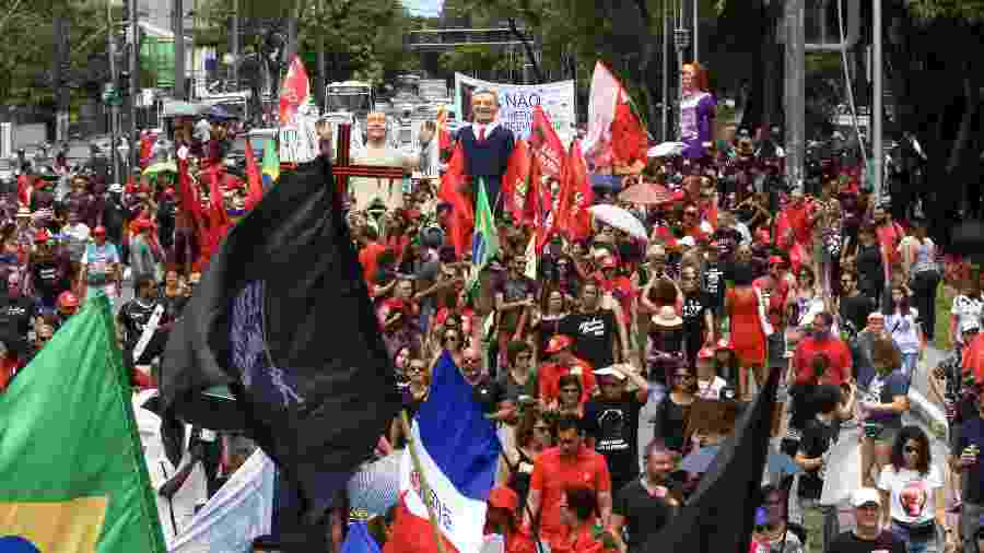 Manifestantes participam do Grito dos Excluídos, no bairro do Derby, no Recife (PE). Vestidos em sua maioria com roupas pretas, o grupo denuncia agravamento da desigualdade social, destruição do meio ambiente, bloqueios na educação e áreas sociais - CARLOS EZEQUIEL VANNONI/AGÊNCIA PIXEL PRESS/ESTADÃO CONTEÚDO
