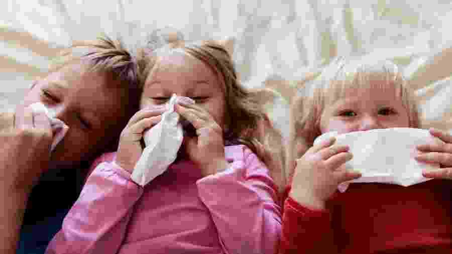 É importante que as crianças aprendam a assoar o nariz para limpar as vias aéreas - Getty Images