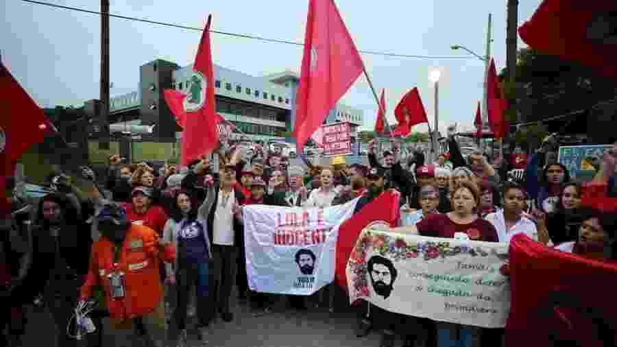 Manifestantes pró-Lula em frente a prédio da Polícia Federal em Curitiba; enquanto STF julgava pauta relacionada ao caso do ex-presidente, petistas demonstravam certa cautela - Rodolfo Buhrer/Reuters