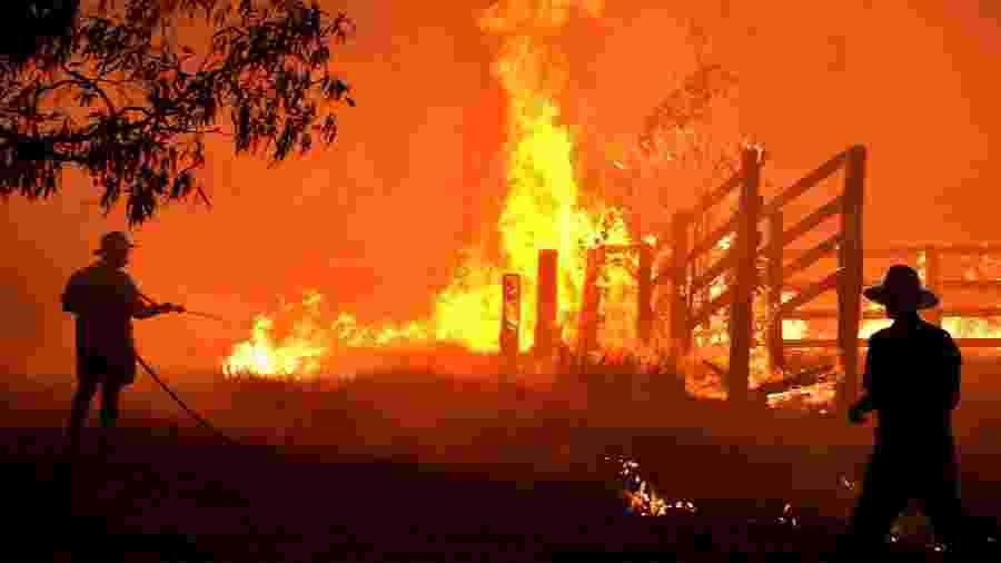Fogo atinge propriedade a cerca de 350km de Sydney, na Austrália - PETER PARKS / AFP