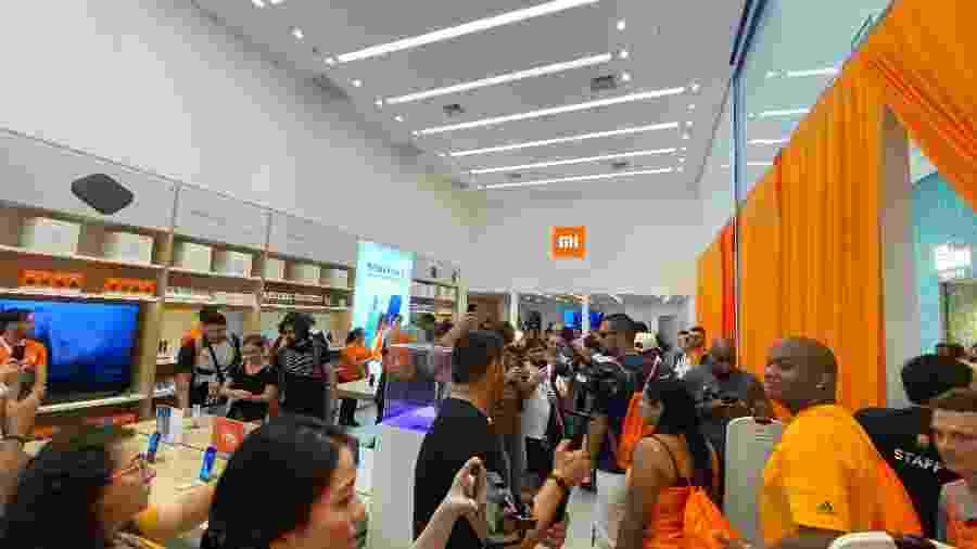 Fãs entram na loja da Xiaomi após inauguração em São Paulo - alguns ficaram mais de um dia na fila - Gabriel Francisco Ribeiro/UOL