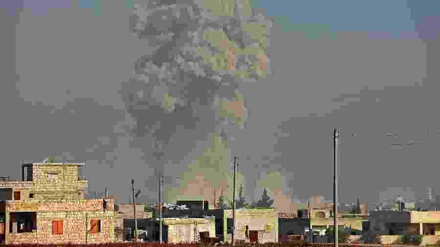 19.dez.2019 - Fumaça é avistada após ataque aérea na cidade de Saraqib, na Síria - Omar Haj Kadour/AFP