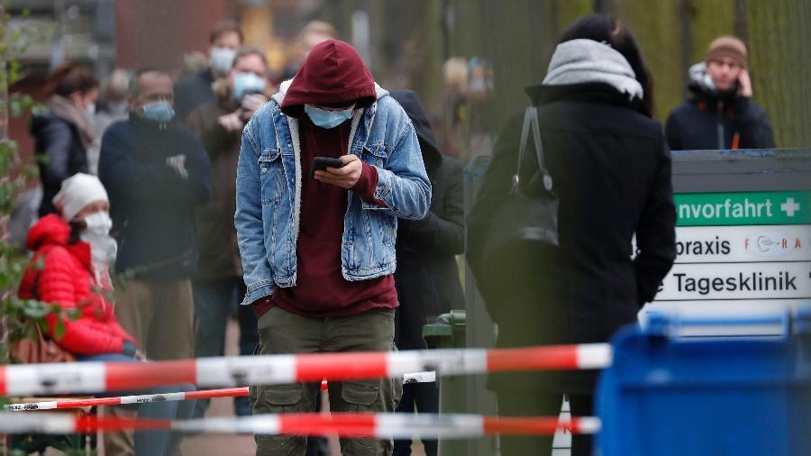 20.mar.2020 - Pessoas com máscaras de proteção contra o coronavírus em ruas de Berlim, na Alemanha - Odd ANDERSEN / AFP