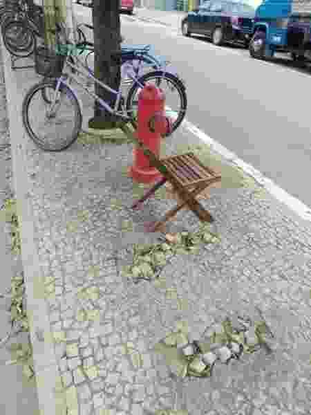 Cadeira foi colocada no local onde banco foi retirado pela prefeitura de cidade no ES - Reisla Altoé