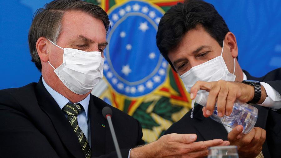 Jair Bolsonaro (à esq.) e o ministro Luiz Henrique Mandetta participam de entrevista sobre o coronavírus - ADRIANO MACHADO