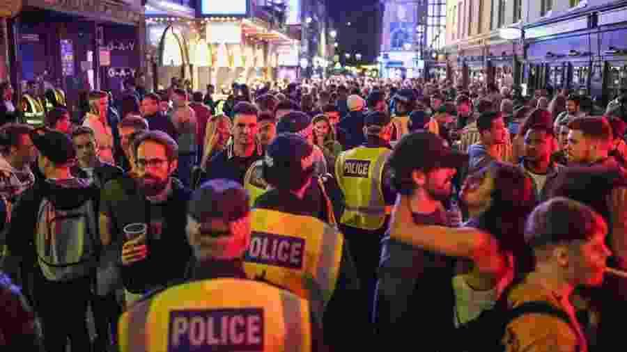 Reabertura de bares atraiu uma multidão no Soho, no centro de Londres - Getty Images