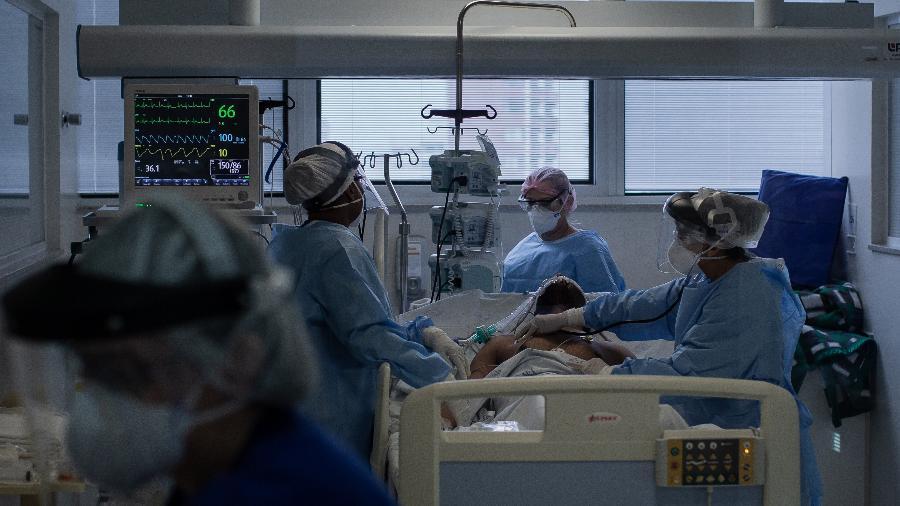 14.abr.2020 -  Equipe médica do Instituto de Infectologia Emilio Ribas, recebem paciente de covid-19 na UTI  - Eduardo Anizelli/Folhapress