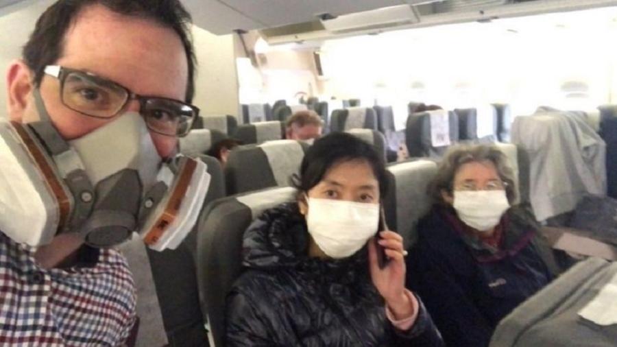 Matt Raw, sua mulher, Ying, e a mãe dele foram retirados de Wuhan pelo governo britânico - Matt Raw