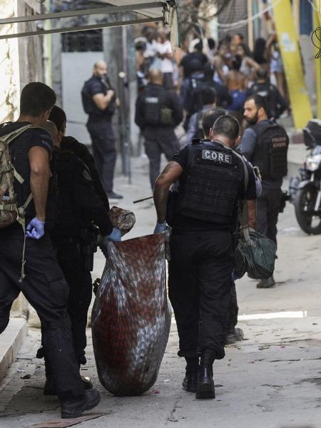 06.05.2021 - Policiais carregam baleado durante operação contra o tráfico na comunidade do Jacarezinho, no Rio, deixa dezenas de mortos - REUTERS / Ricardo Moraes