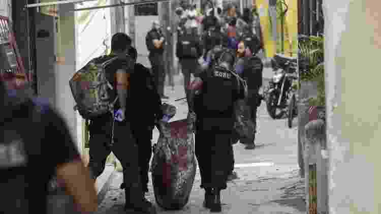 06.05.2021 - Policiais carregam baleado durante operação contra o tráfico na comunidade do Jacarezinho, no Rio, deixa dezenas de mortos - REUTERS / Ricardo Moraes - REUTERS / Ricardo Moraes