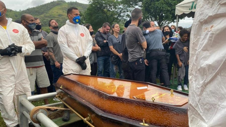 Policial morto em operação no Rio foi enterrado hoje na zona oeste do Rio - Tatiana Campbell/UOL