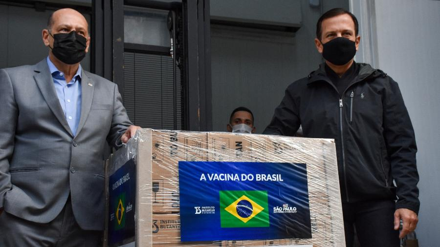 Diretor do Butantan, Dimas Covas (esq.), e governador de São Paulo, João Doria (dir.), durante entrega de 2 milhões de doses da CoronaVac - ROBERTO CASIMIRO/FOTOARENA/FOTOARENA/ESTADÃO CONTEÚDO