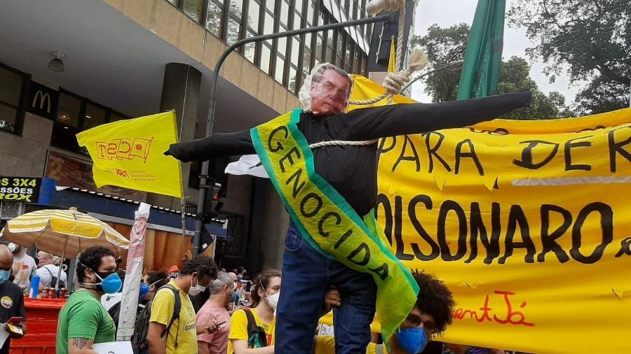 """7.set.2021 - No centro do Rio de Janeiro, manifestantes contrários ao presidente Jair Bolsonaro (sem partido) se reúnem no """"Grito dos Excluídos"""" e levam um boneco do presidente, com uma faixa onde se lê """"genocida"""" - Marcela Lemos/UOL"""