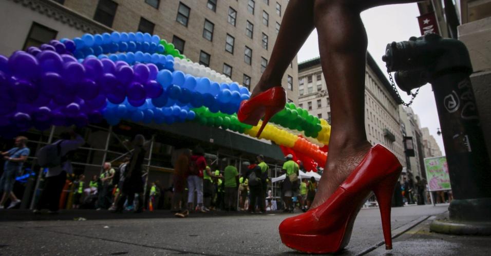 28.jun.2015 - Ativista usa sapatos de salto durante Parada do Orgulho Gay, ao longo da 5ª Avenida, em Manhattan, na cidade de Nova York (EUA), neste domingo (28). Uma decisão da Suprema Corte dos Estados Unidos legalizou na sexta-feira (26) o casamento entre pessoas do mesmo sexo, ao derrubar vetos estaduais à união homossexual
