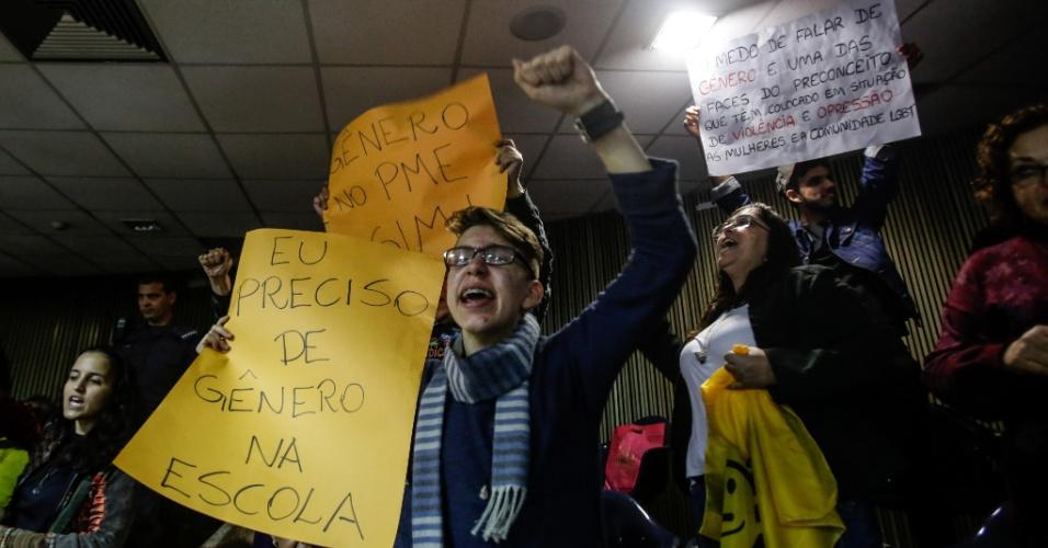 25.ago.2015 - Manifestantes que integram diversos movimentos sociais protestam dentro das galerias da Câmara Municipal, no centro de São Paulo, onde acontece a segunda votação do Plano Municipal de Educação, nesta terça-feira (25)