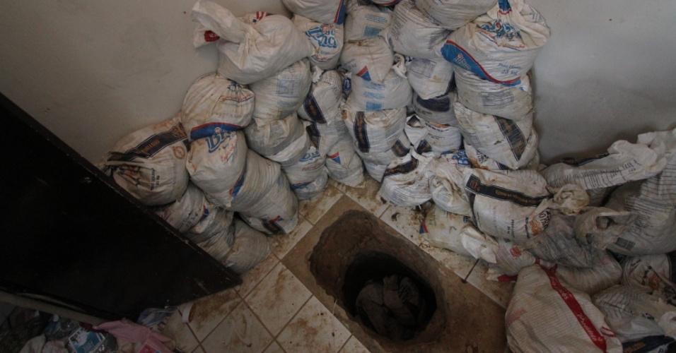 8.out.2015 - Polícia Militar de Pernambuco descobre um túnel dentro de casa a cem metros do Complexo Prisional do Curado, no Recife