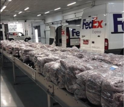 Cobertores populares feitos pela Retalhar, empresa que recicla uniformes e transforma em matéria-prima para produtos têxteis como mantas térmicas e acústicas, além de brindes como capa de notebook, estojo, sacolas e avental