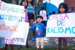 Crianças seguram cartazes contra racismo durante ato contra a morte de Vitor Pinto
