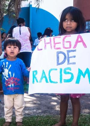 Crianças seguram cartazes contra racismo durante ato, em Curitiba (PR), contra a morte do menino Vitor Pinto