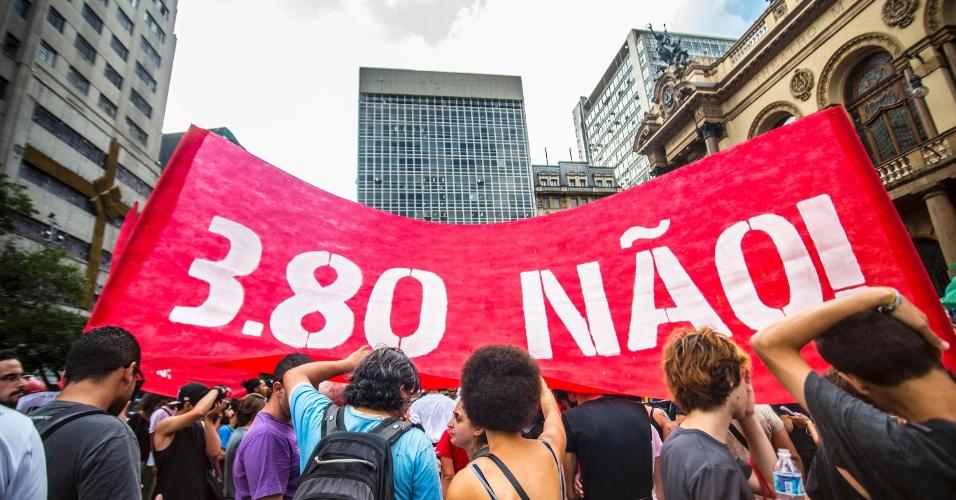 8.jan.2016 - Manifestantes erguem faixa durante protesto contra o aumento do valor da tarifa do transporte público de São Paulo, no centro de São Paulo. Neste sábado (9), tarifa passa de R$ 3,50 para R$ 3,80