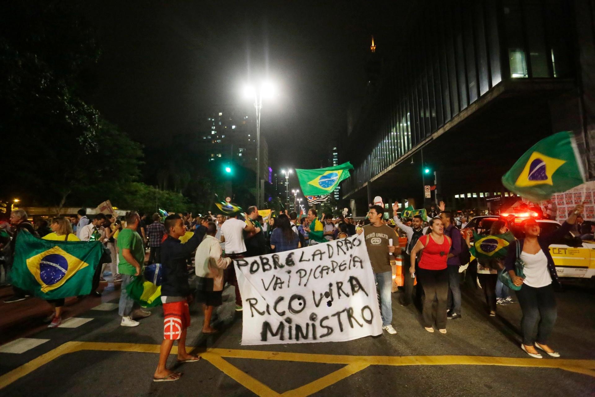 16.mar.2016 - Na avenida Paulista, manifestantes criticam a nomeação de Luiz Inácio Lula da Silva (PT) a ministro da Casa Civil em meio à investigação da Operação Lava Jato