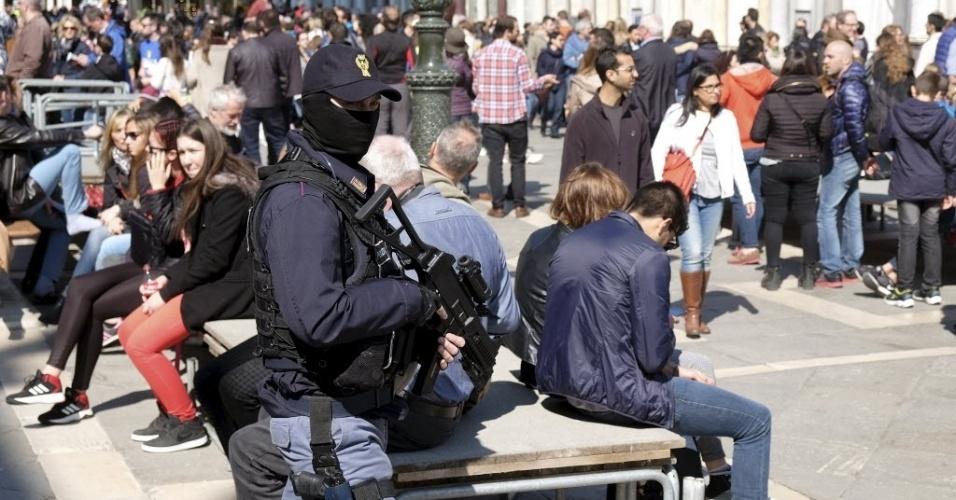 25.mar.2016 - A ameaça de atentados terroristas na Itália e em outros países europeus preocupa as forças de segurança. Na manhã de Sexta-feira Santa em Veneza, na Itália, policiais com armas de grosso calibre circulavam entre turistas em pontos de grande aglomeração da cidade