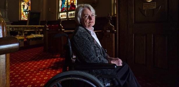 Maureen Powers, que diz ter sido abusada sexualmente por um padre quando era criança, em Loretto, na Pensilvânia (EUA)